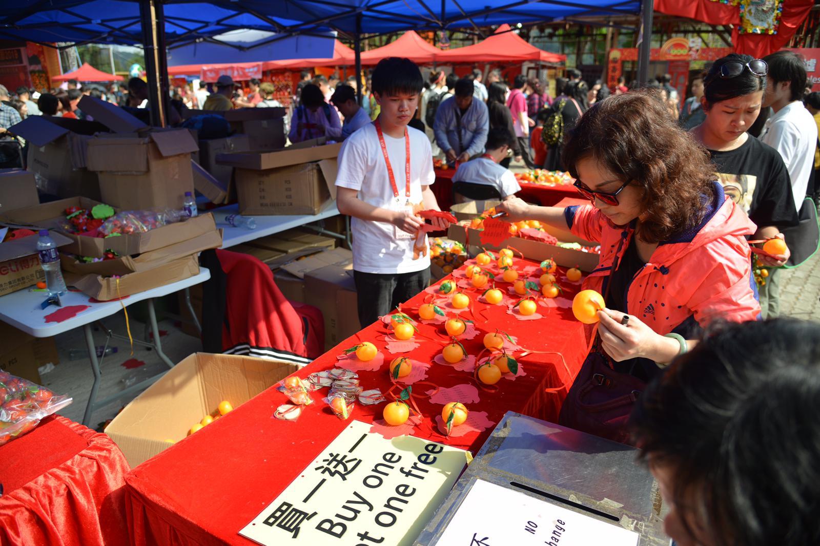 附膠橙的許願寶牒買一送一,以增加拋中的機會。