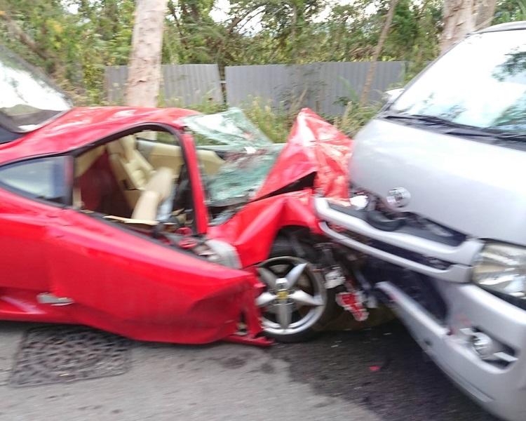 紅色法拉利車頭嚴重損毀。Nina Kwok圖片