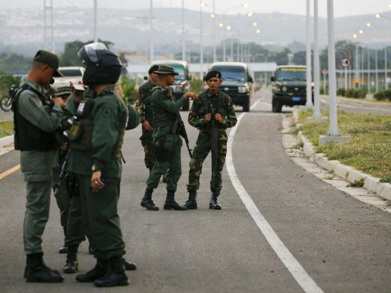 委内瑞拉军方封锁连接哥伦比亚的道路,令辨送物资的货车无法通过。AP