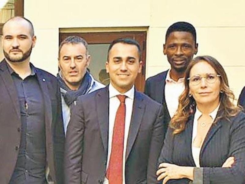 意大利副总理迪马约(左三)日前与法国黄背心领袖会面,法国不满意大利干涉内政,召回驻罗马大使。(网图)