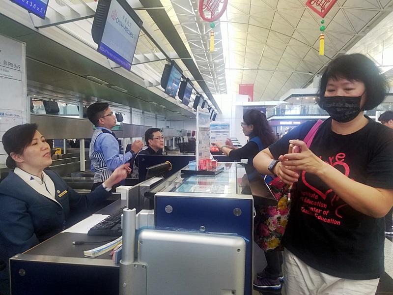 李小姐一大早前來機場向航空公司查詢,看看有否其他航班可補上。林思明攝