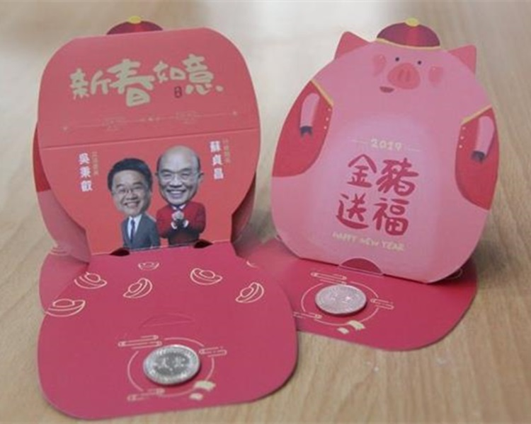 「新春如意」下方天干地支年的小字,错用成去年狗年的「戊戌」。吴秉叡facebook