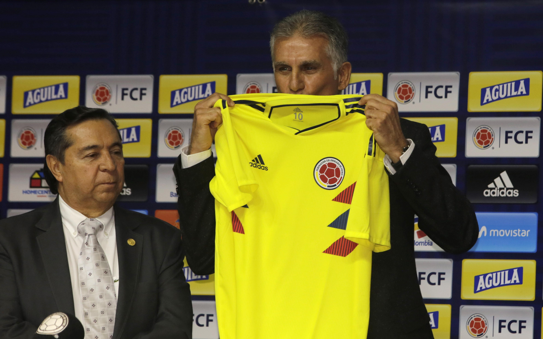 昆奴斯(右)親吻哥倫比亞球衣。AP
