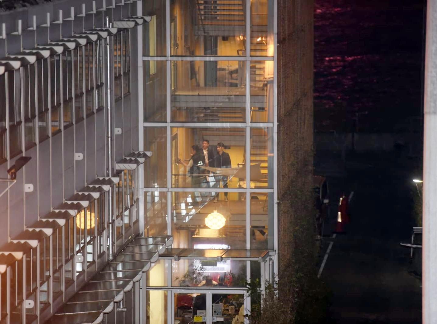 警方在沙中綫紅磡站地盤寫字樓調查及取走證物。
