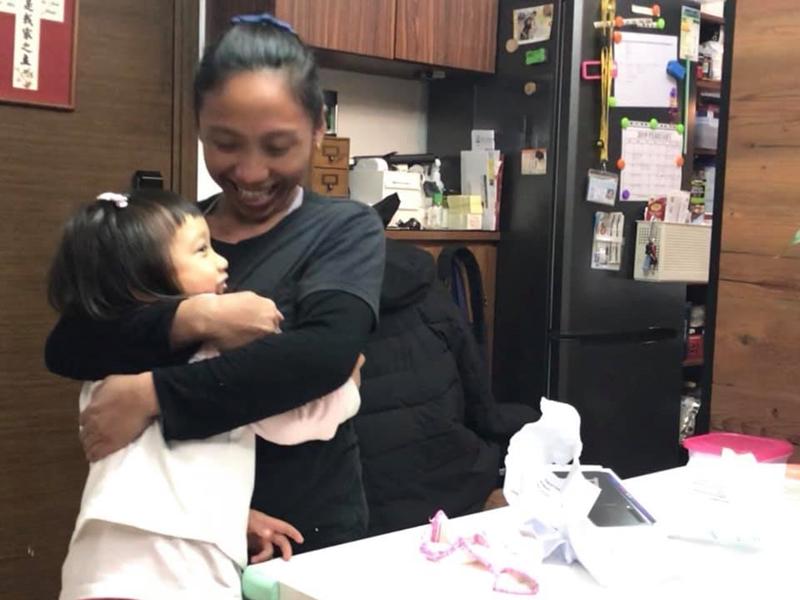 港媽得知外傭姐姐壞手機便驚喜送新手機。圖片:fb群組「外傭僱主必看新聞訊息」Cherry Kwan Cheuk Yu