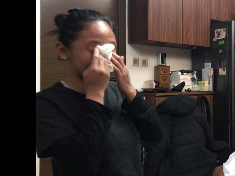 外傭姐姐收到新手機後感動流淚。圖片:fb群組「外傭僱主必看新聞訊息」Cherry Kwan Cheuk Yu