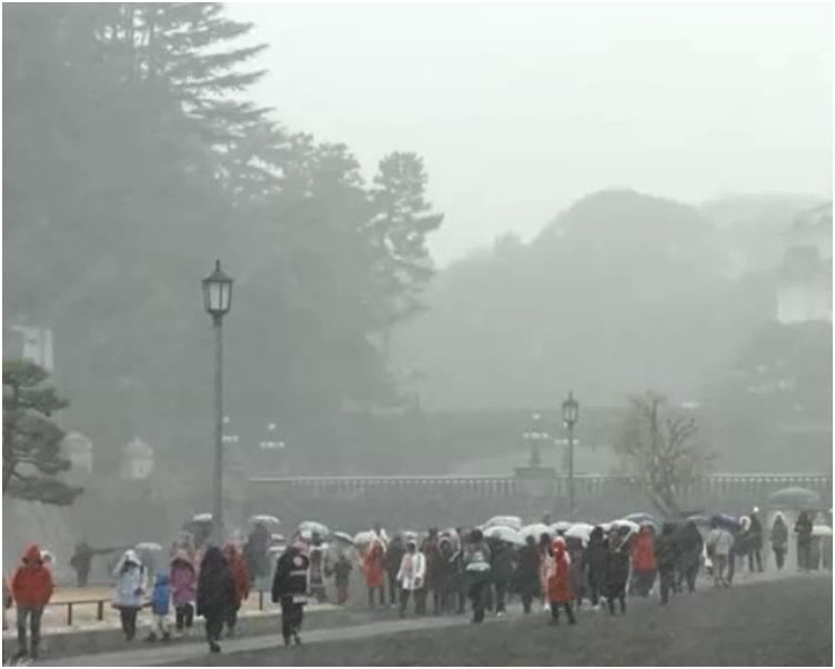 东京今日清晨开始大雪纷飞。NHK