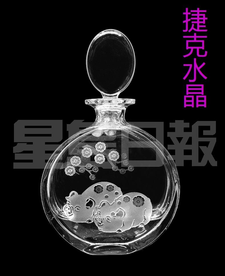 來自捷克的水晶品牌Bohemia Crystal今年為中國傳統節慶打造出一個水晶醒酒器。其創作靈感源自十二生肖中的豬年,呈圓形,以噴沙技術加上小豬裝飾,煥發溫馨的家居氛圍。 (C)
