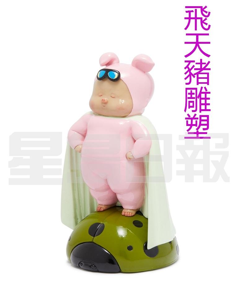 X+Q稀奇藝術為連卡佛打造的這款玻璃鋼雕塑X+Q Flying Piggy Sculpture,中文名是《飛天豬比比》,豬比比身披斗篷、雙手叉腰,驕傲地站在甲蟲上,神氣十足!。(B)