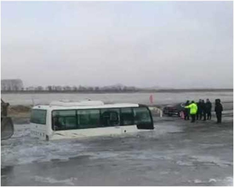 一半車身已陷在冰面下。網圖