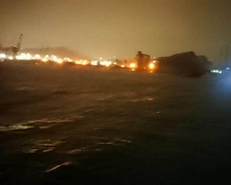有釣魚客在和平島上被大浪捲走。網圖