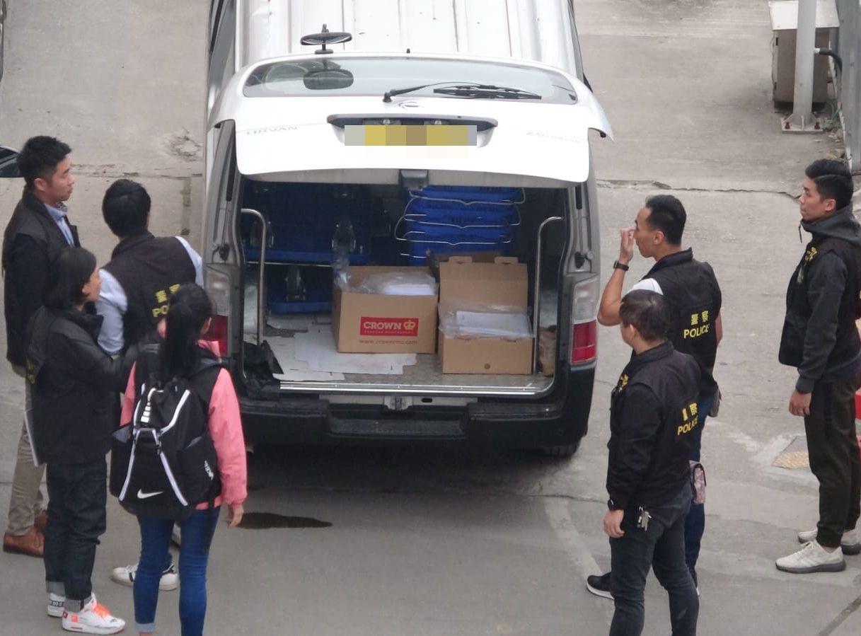 警方於下午再搬走3箱證物。
