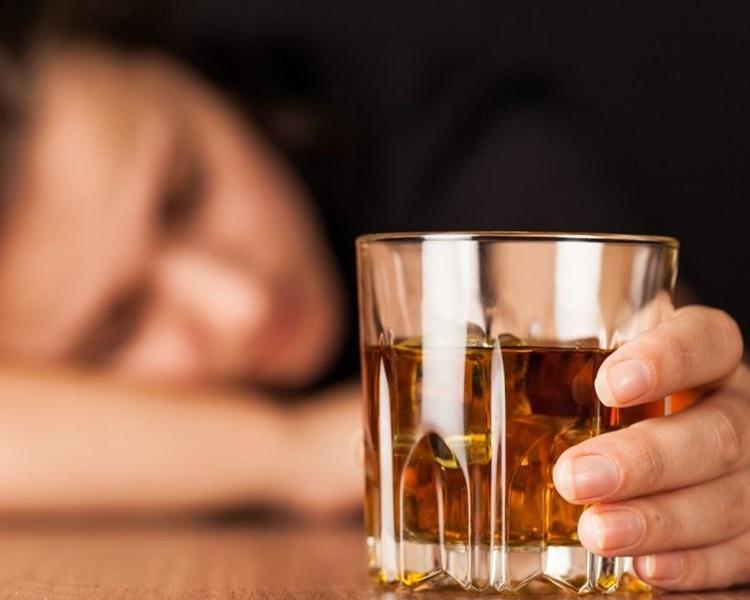 印度多人飲假酒中毒致死。示意圖