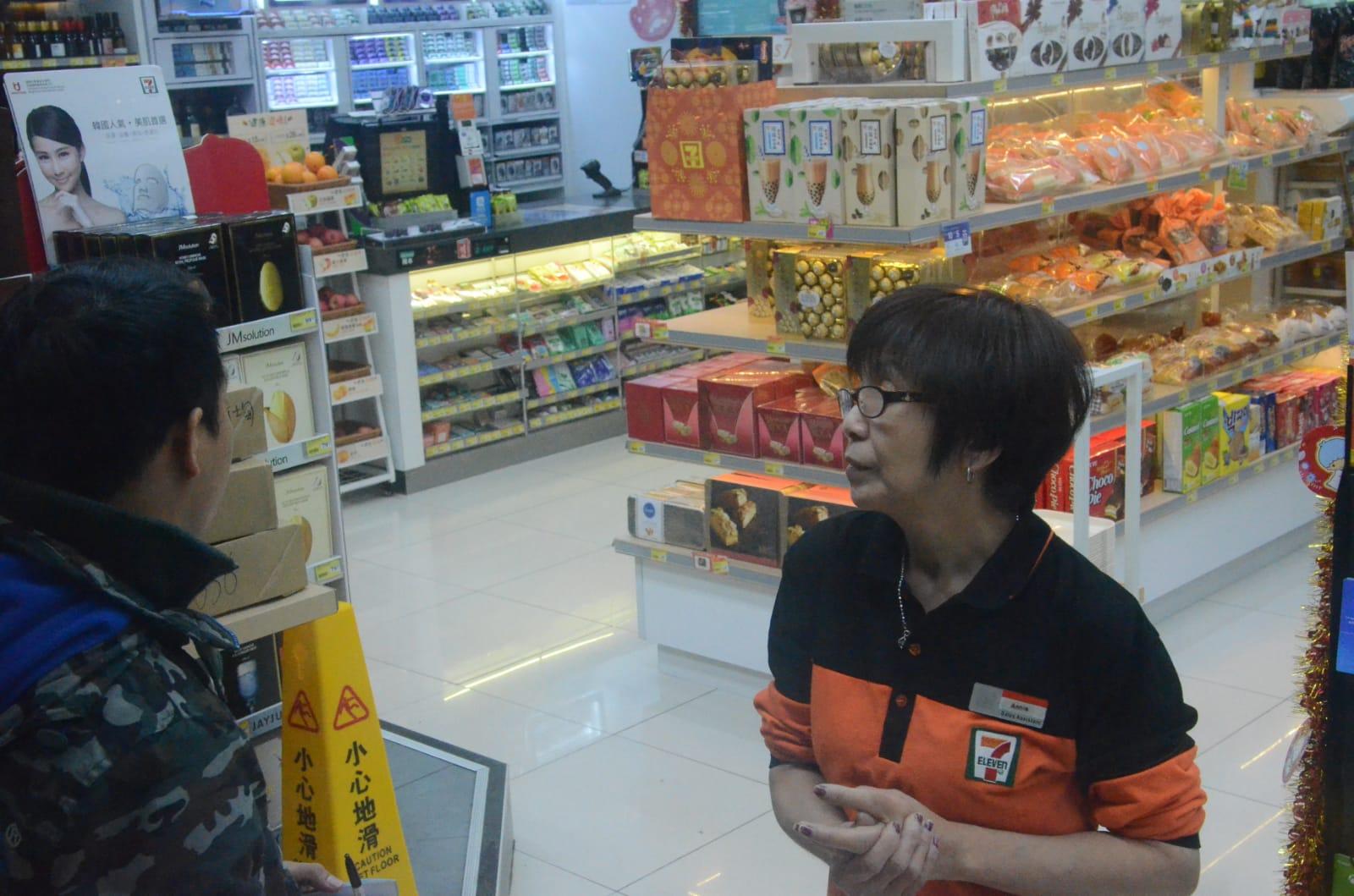 女店員向警方講述事發經過。