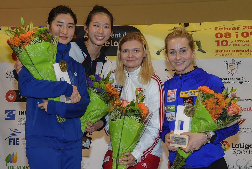 江旻憓(左二)賽後與對手合照。FIE facebook圖片