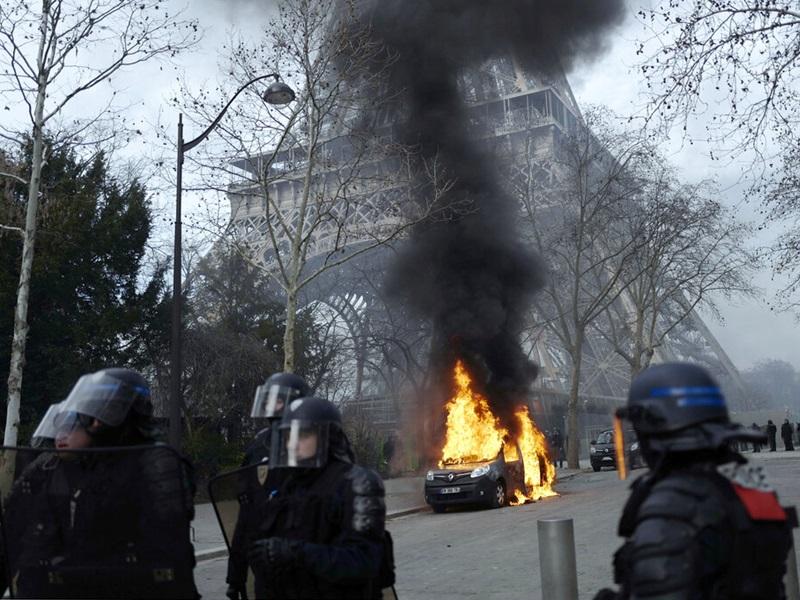 法國黃背心示威持續,示威者與防暴警察爆發激烈衝突。AP圖片