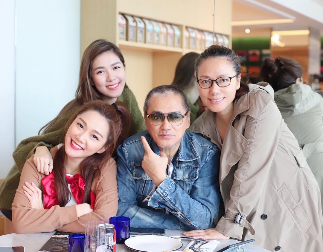 湯洛雯之前貼與父母及妹妹合照,已被讚優良基因。(ig圖片)