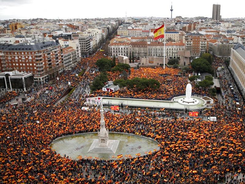 示威由中間偏右及極右派反對黨發起,示威群眾擠爆位於市中心的哥倫布廣場。AP