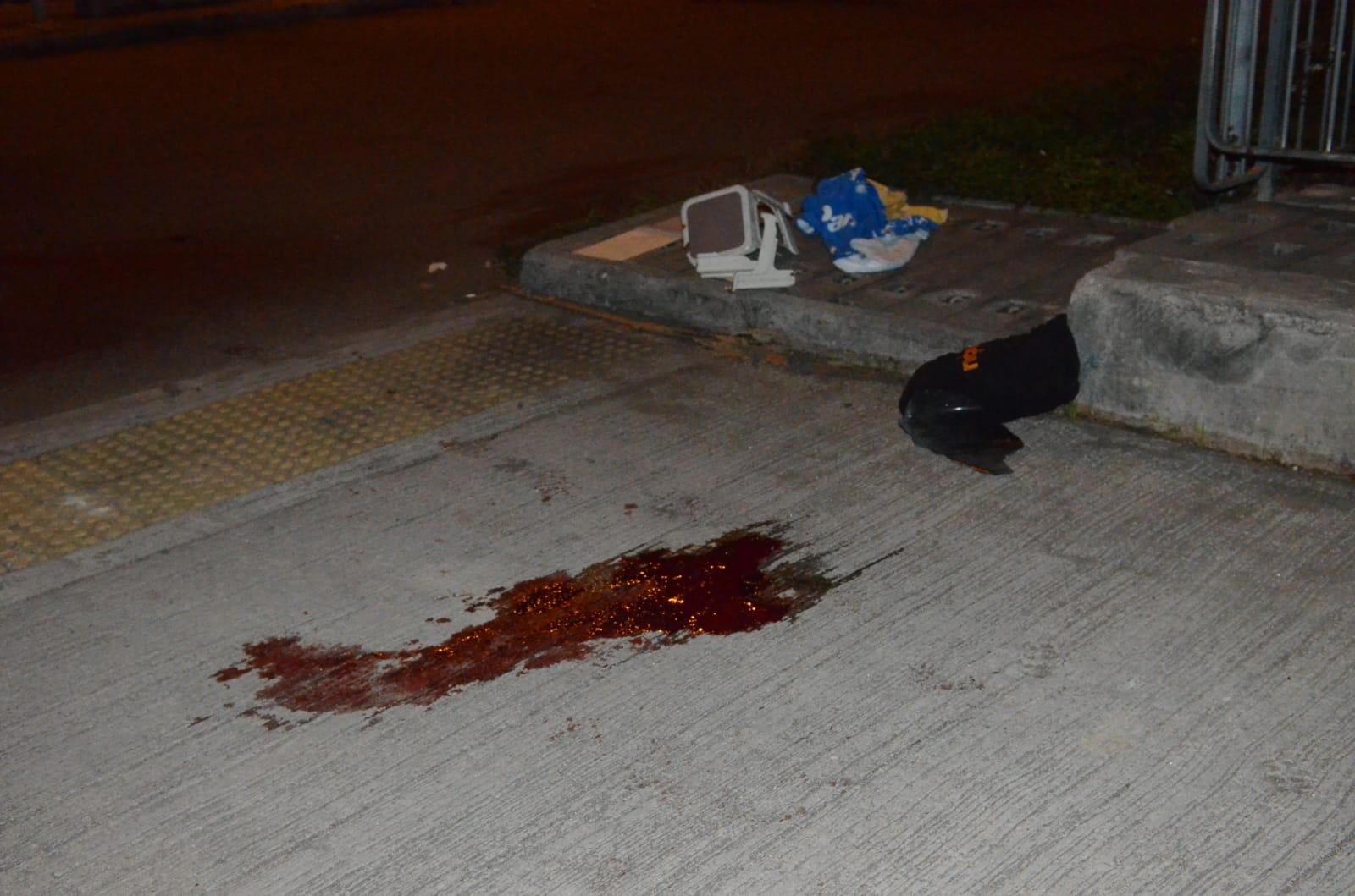 地上遺下大片血跡。