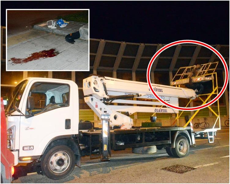 工程車的工作台被撞至向後扭曲(紅圈示)。小圖為地上遺下的血跡。