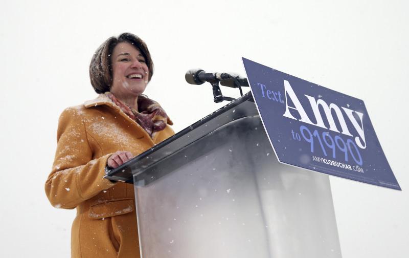 克洛布查爾在零下十多度的嚴寒天氣,在密西西比河畔一個公園宣佈參選總統。AP