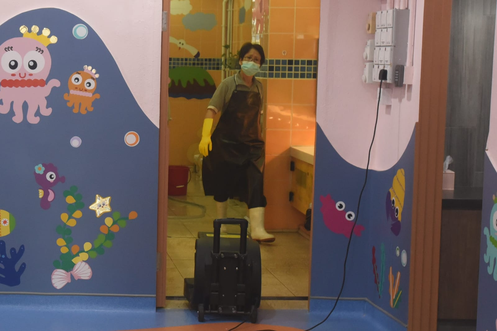 長沙灣幸福街1號一間幼兒園照常開學,校內有清潔工人加強清潔。