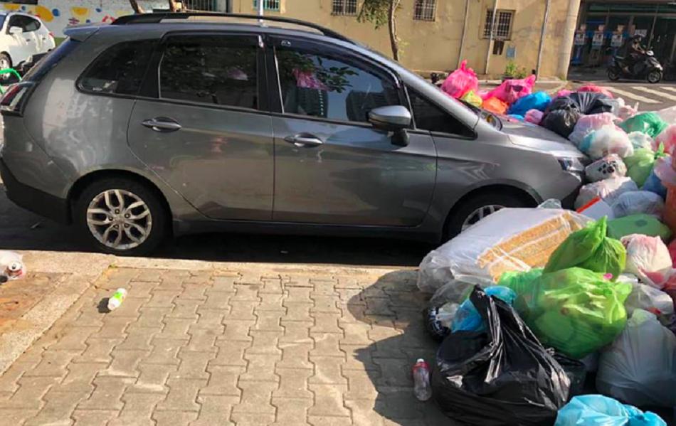 私家車慘遭垃圾圍繞。facebook群組「爆廢公社」圖片