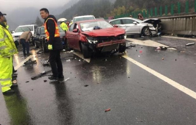 安徽岳武高速發生23車相撞事故造成5人死亡。網上圖片