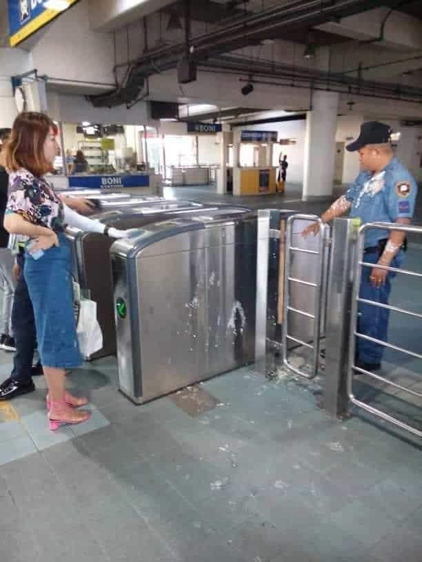 中國女留學生向菲律賓警員潑豆腐花。網上圖片