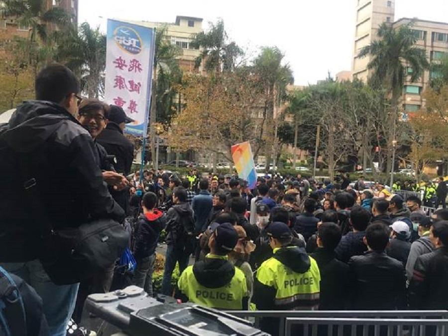 警員分隔雙方集會陣營。網上圖片