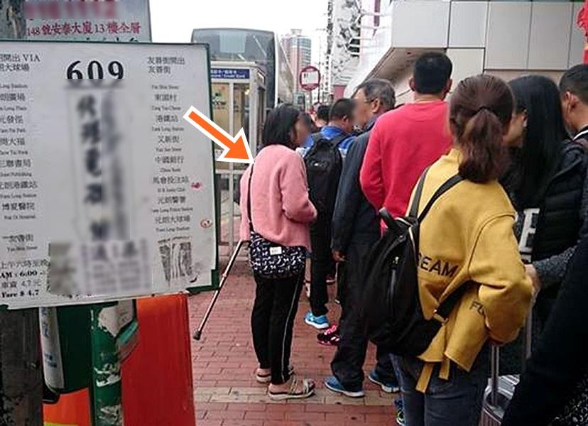 網民指昨日一名大媽(箭咀示)在元朗廣場巴士站,向候車乘客逐一拍背脊借錢。