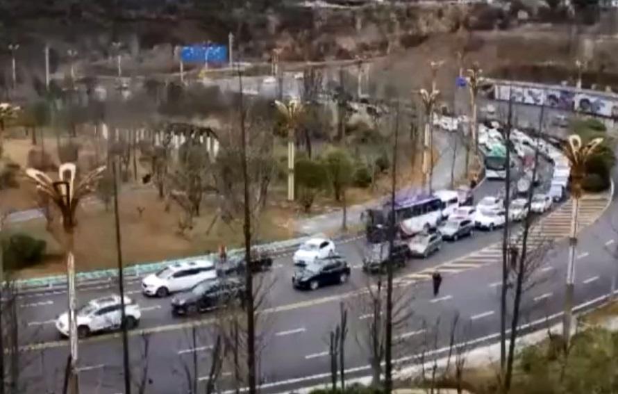 貴州高速公路因凝結無法通車。網上圖片