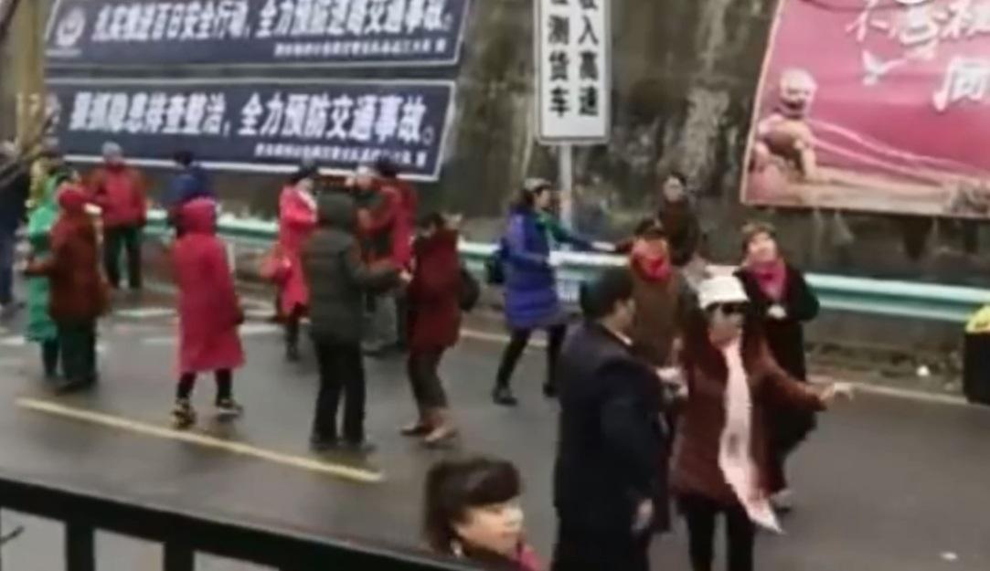貴州30多位大叔大媽落車跳廣場舞。網上圖片