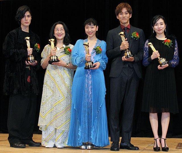 松坂桃李(右二)獲最佳男配角獎。