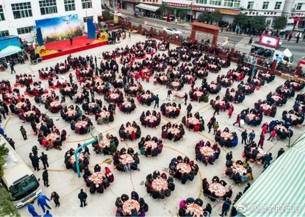 鄭大清在鎮上廣場筵開100席,邀請逾800名老人聚餐觀看文藝表演。(網圖)