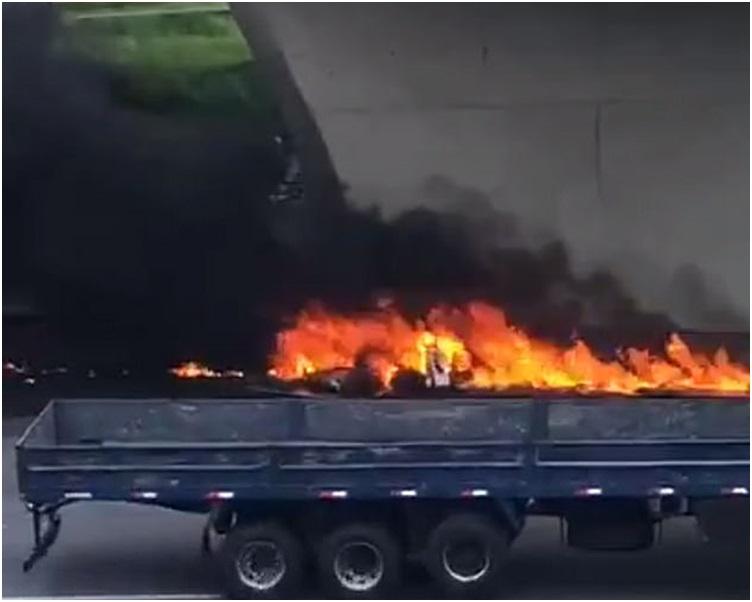 直升機失事撞到貨櫃車後起火爆炸,小圖為博埃卡特。網圖