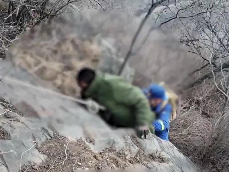 救援人員指獲救男子能堅持7天是奇跡,全靠強烈求生欲和軍大衣加上落葉保暖。(網圖)
