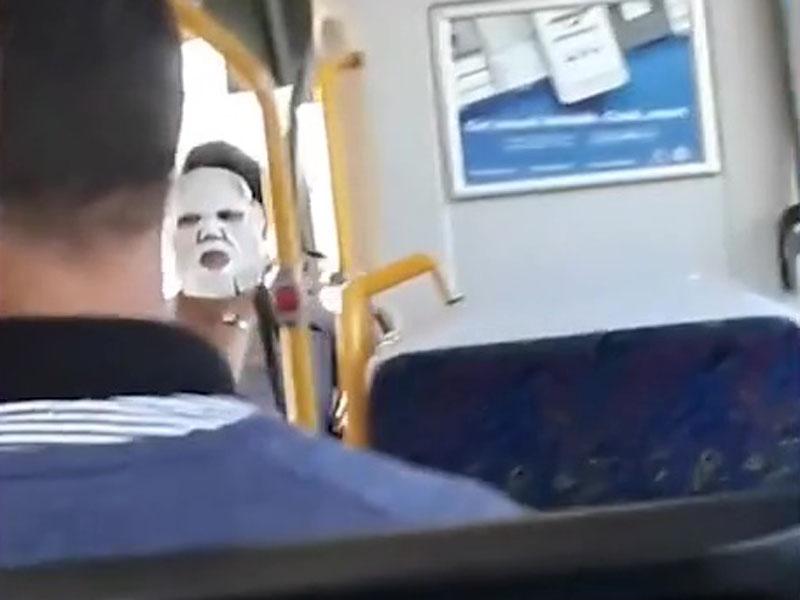 澳洲一名女子敷着面膜走去搭巴士。(網圖)