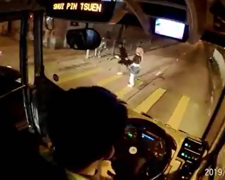 男方直奔馬路,女方呆了一下反應不來。網民Charlie Chung/馬路的事討論區 facebook
