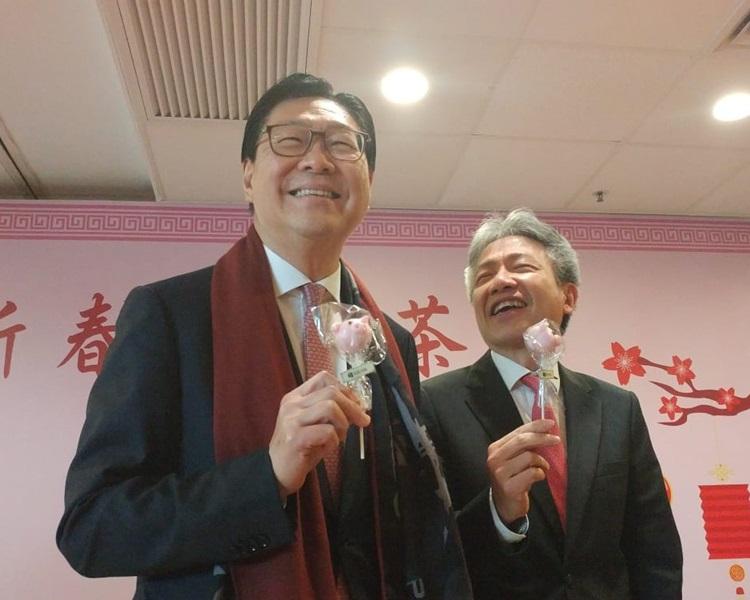 身兼教育大學校董會主席的港鐵主席馬時亨(左)、香港教育大學校長張仁良(右)。