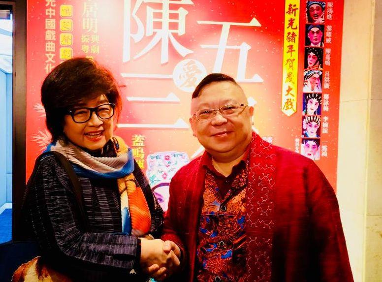 徐小鳳在演出中埸到後台祝賀李居明及蓋鳴暉。