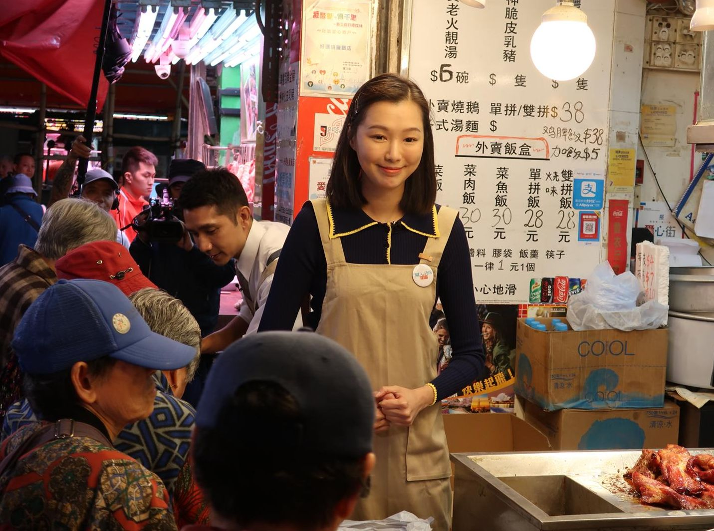 阿Yu和李尚正為電視節目向長者派飯。