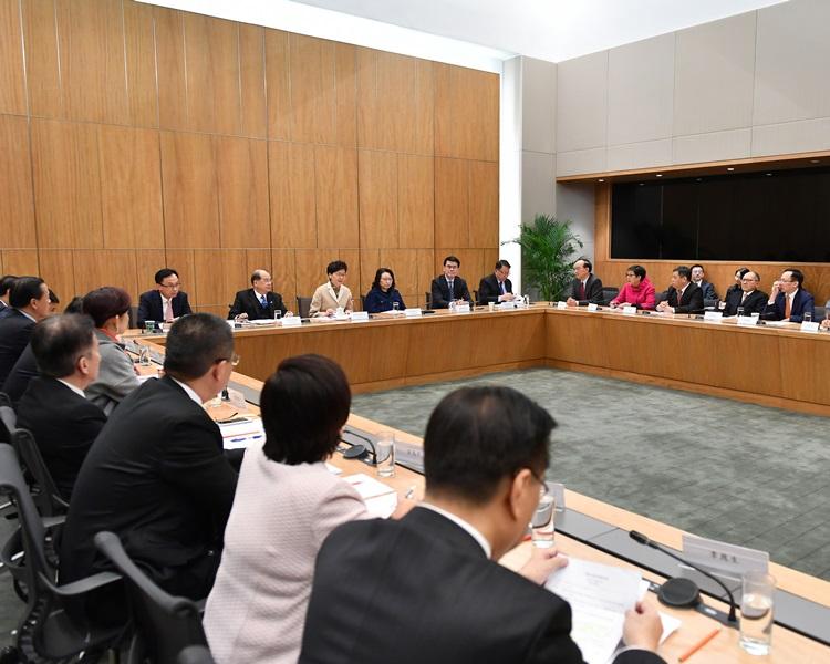 林鄭月娥與港區人大代表舉行座談會。