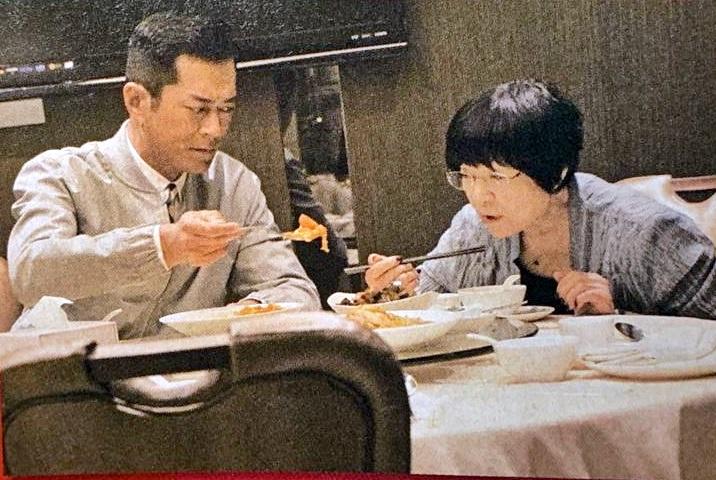 古仔與母親用餐時,不時為母親斟茶、遞水又挾餸。東周刊圖片