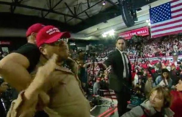 BBC記者被特朗普支持者推撞。