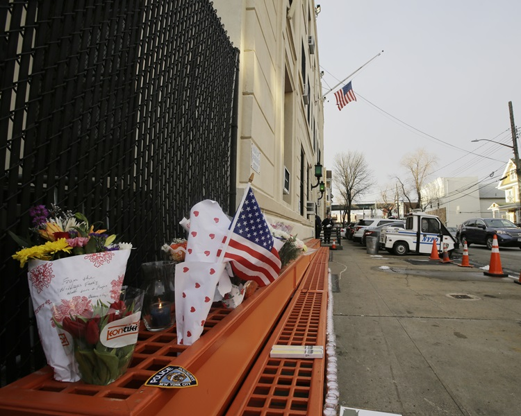 有人在现场献花哀悼。