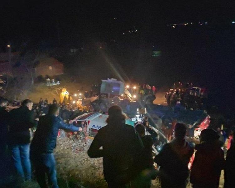 救援人员入夜继续搜救。Twitter