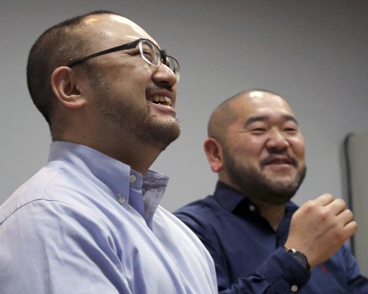 其中一对提告情侣相叶健司(左)与同性伴侣上泉健。