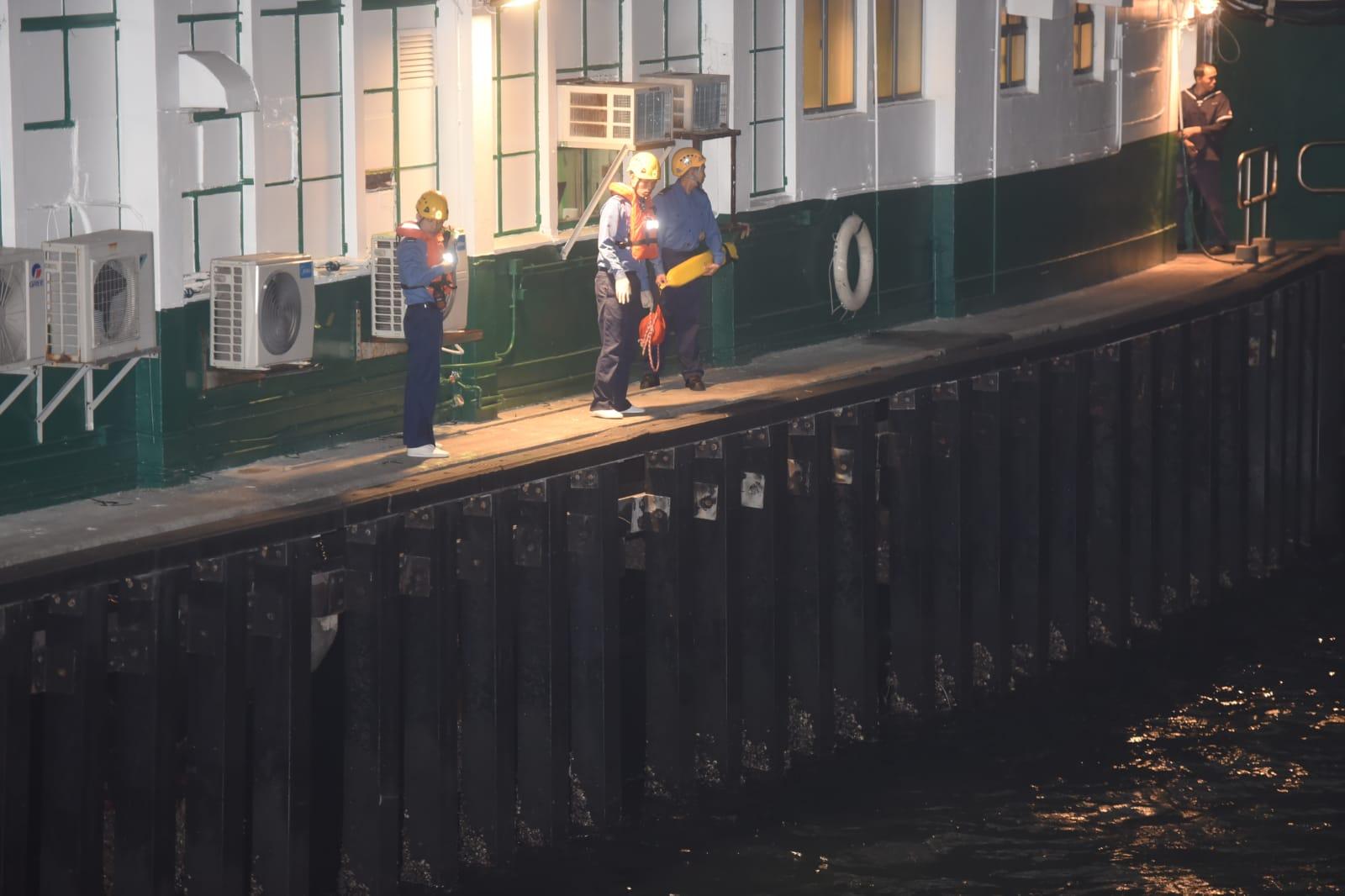 消防在岸邊搜索失蹤女子