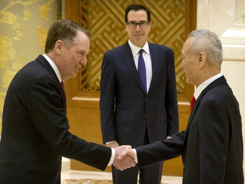 中美高级别贸易磋商在北京举行。副总理刘鹤接待美国贸易代表莱特希泽及财长姆努钦,双方先握手示好,之后在长枱会议室内,正式开展磋商。AP